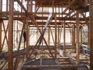 土台、柱と梁を残したスケルトンの状態