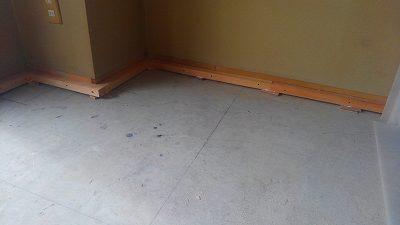 畳を撤去して床の下地があらわになっています。