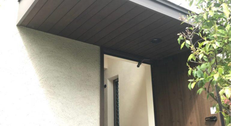 玄関上のひさしを塗り直してパリッとしました。
