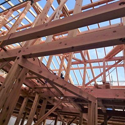 府中の家上棟、骨太の桧、杉、米松材で作り上げられています。