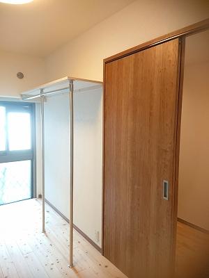 マンションリフォーム事例 1部屋をクローゼット専用とし、枕棚とハンガーパイプで洋服を大収納できます。