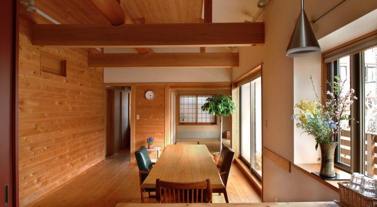屋根勾配に合わせた傾斜天井で広々したLDスペース、無垢板の木質感にあふれています。