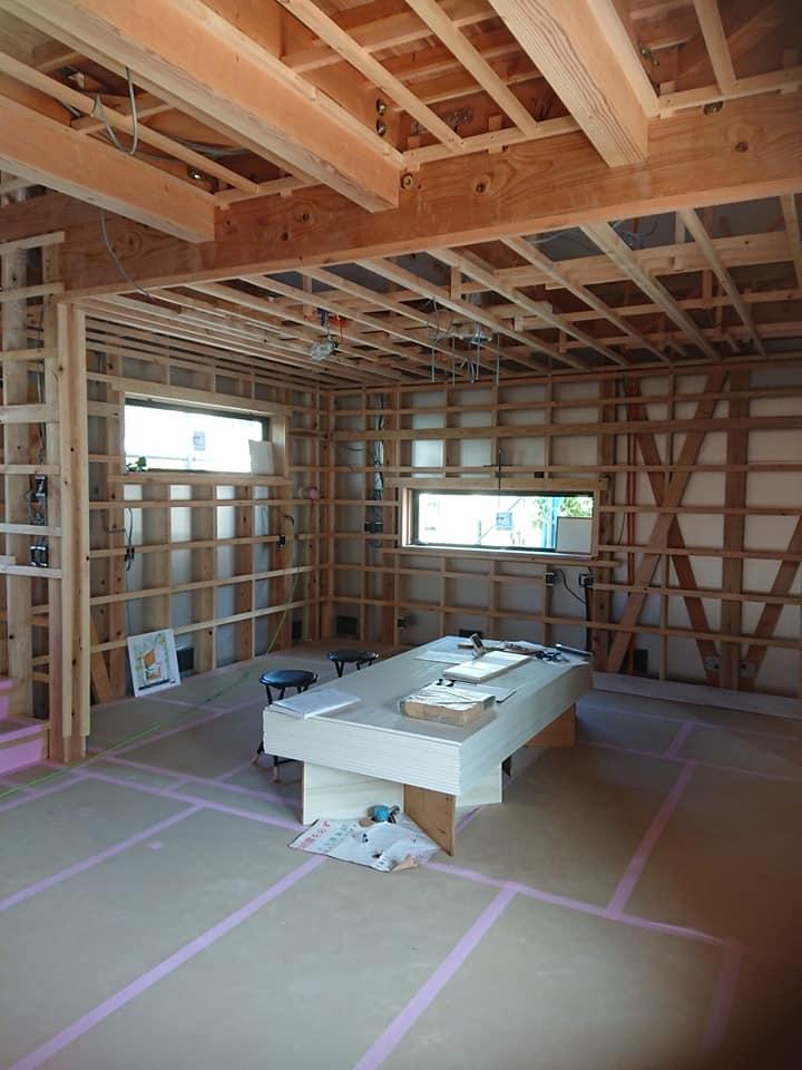 アイランドキッチンがくるスペースです。壁収納のため、窓は必要且つ、ミニマムに配置しています。