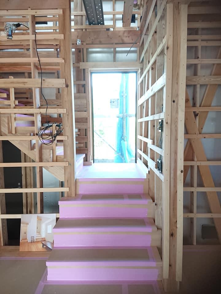 踊場がしっかりある、登りやすい階段。米栂材でつくられています。