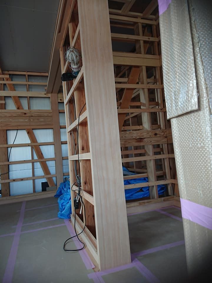 こちらは仕上げ材の 米栂材の扉枠