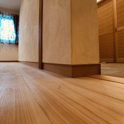入り巾木と漆喰壁